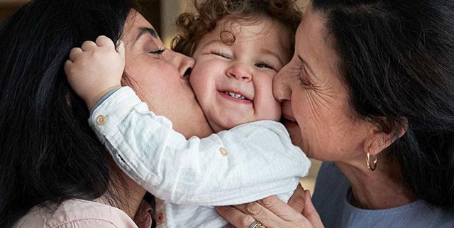 mère et grand-mère qui embrassent un enfant